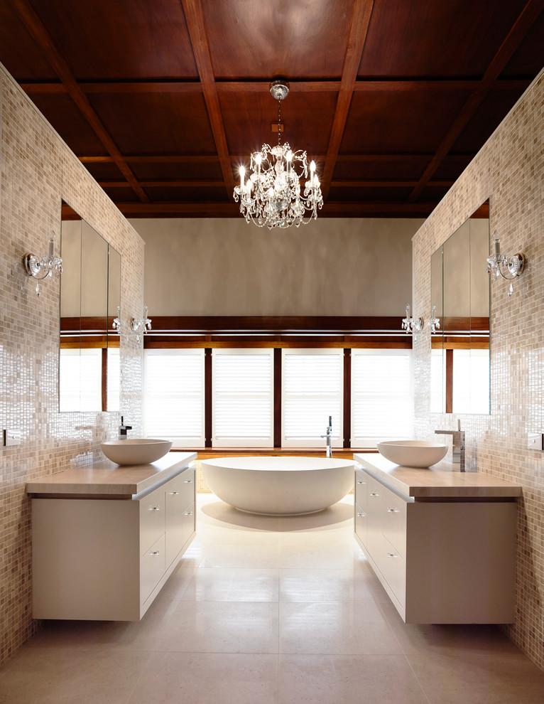 صورة لمسة فخامة للحمام حوائط موزاييك وثريا كريستال تصميم عصري بسيط