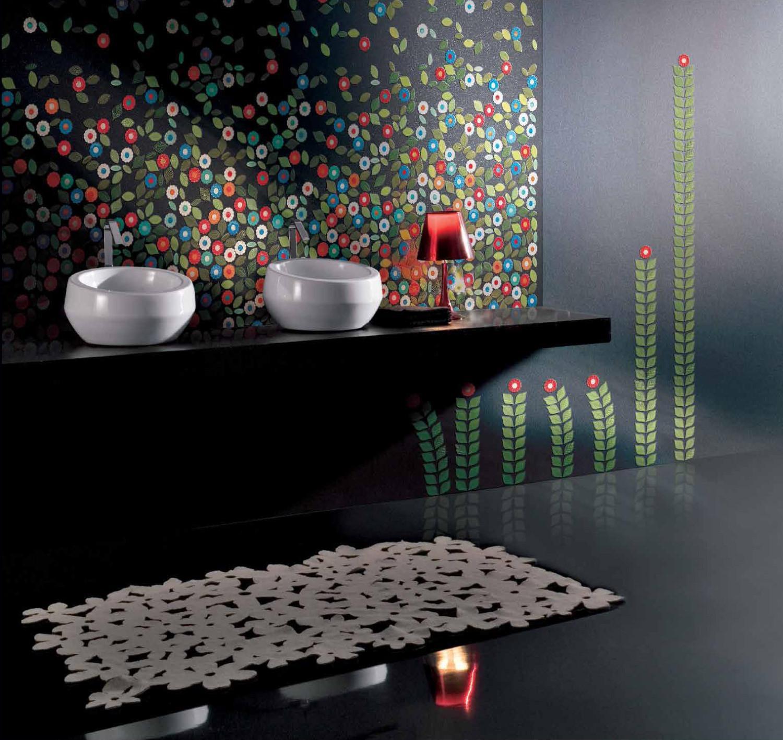 صور درجات البنفسجي المختلفة في الحوائط تعطي الحمام لمسة ساحرة