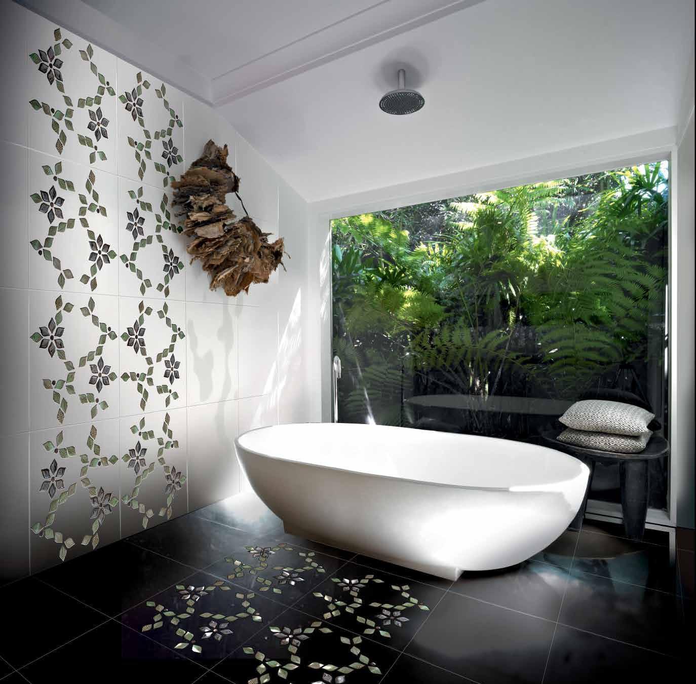 صور استخدام اشكال الزهور البارزة في حائط الحمام روعه