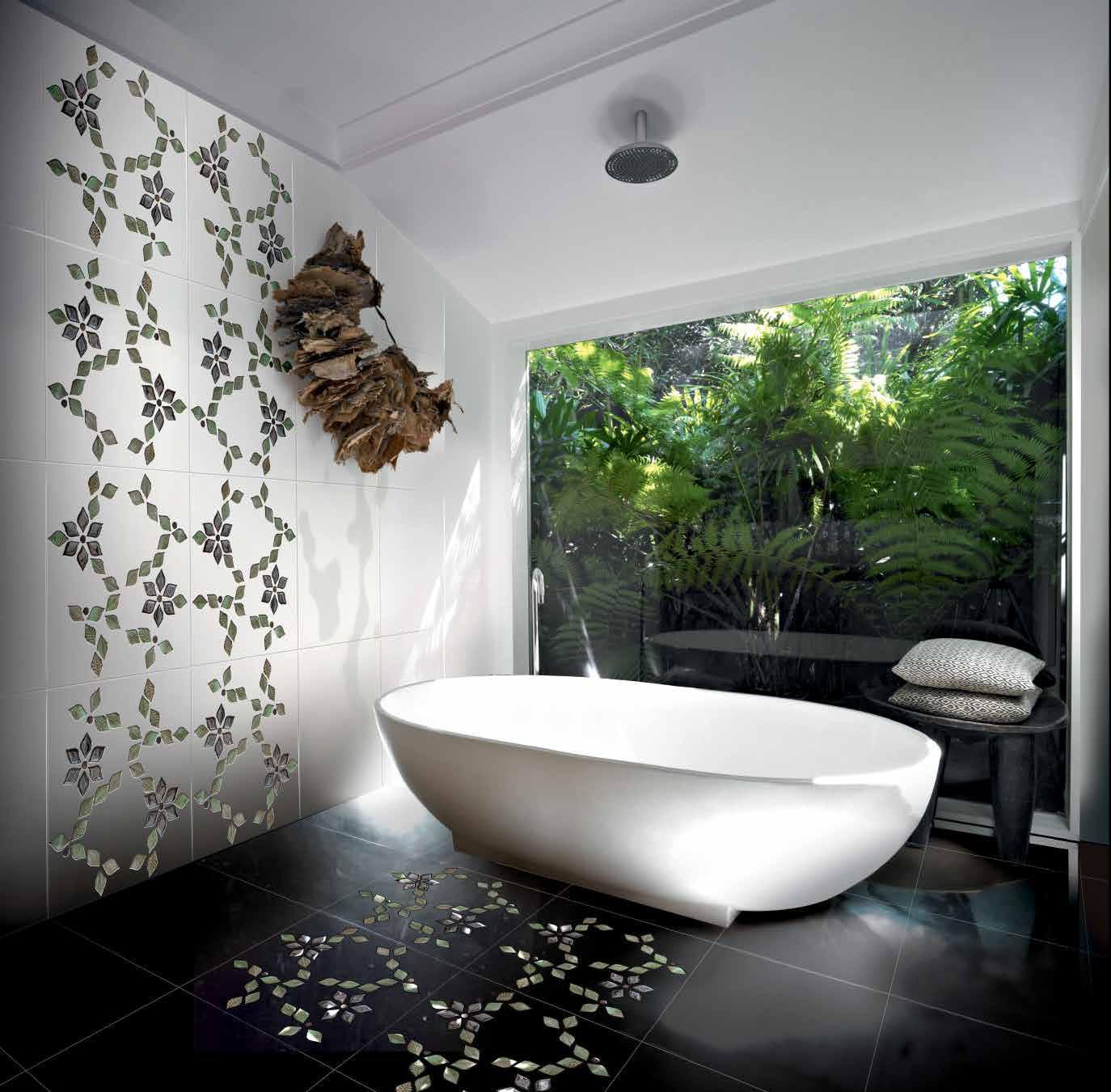 صورة استخدام اشكال الزهور البارزة في حائط الحمام روعه