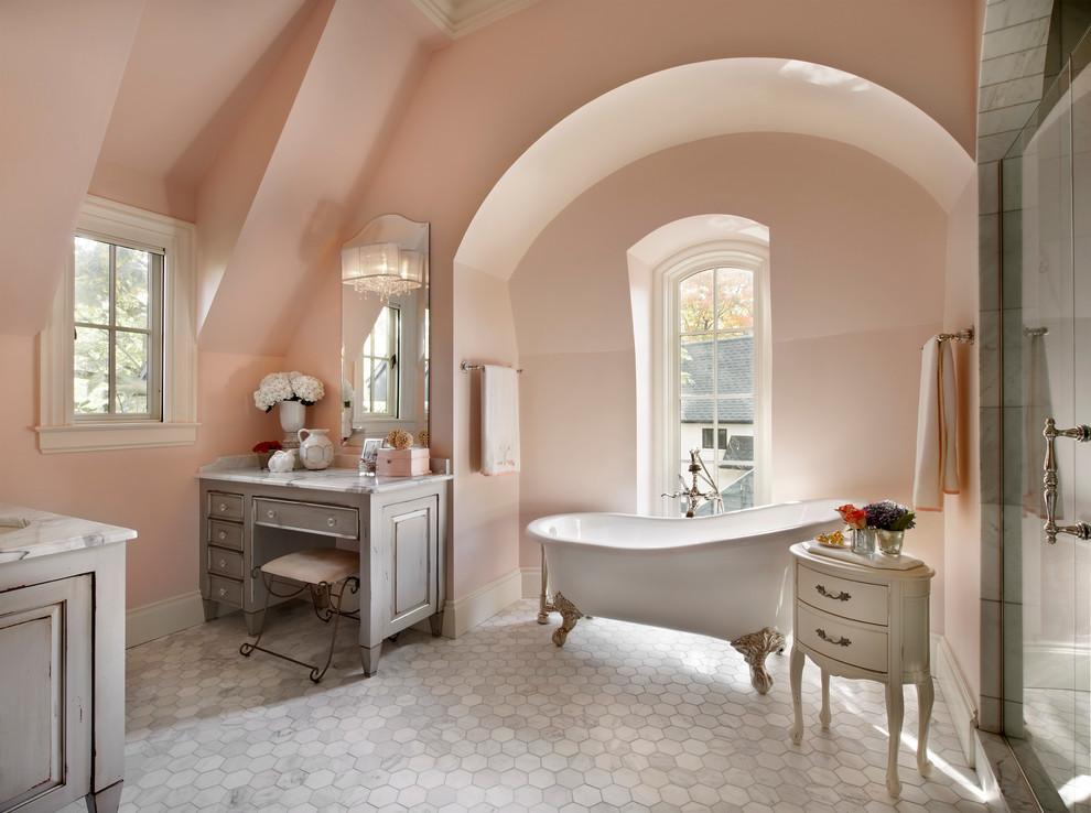 صورة حمام غرفة نوم خاص يحمل الانوثه والرومانسية الفريدة