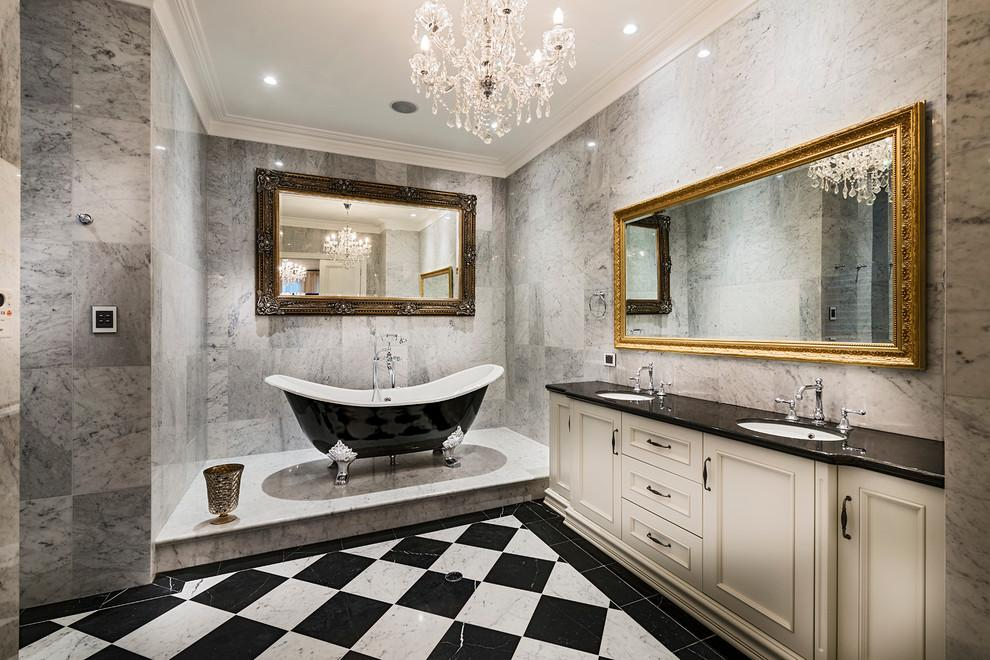 صورة احواض الاستحمام الكلاسيكية ذات التصميم الانسيابي والارجل المزخرفة