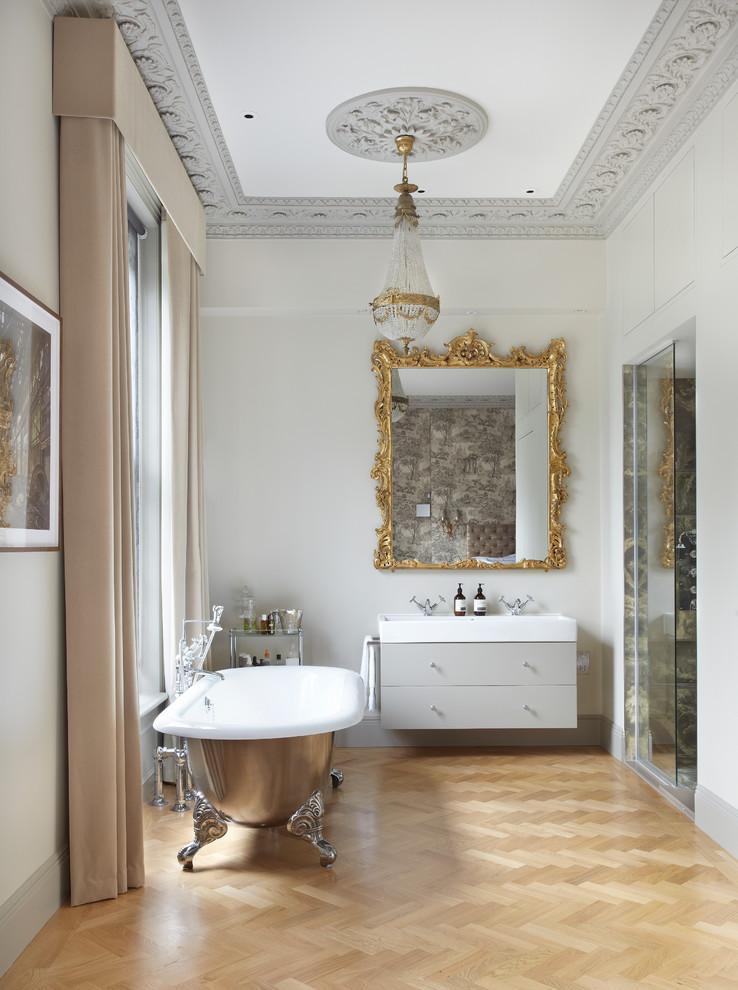 صورة حمام مبهر رقه وفخامة كلاسيكي بمظهر رومانسي