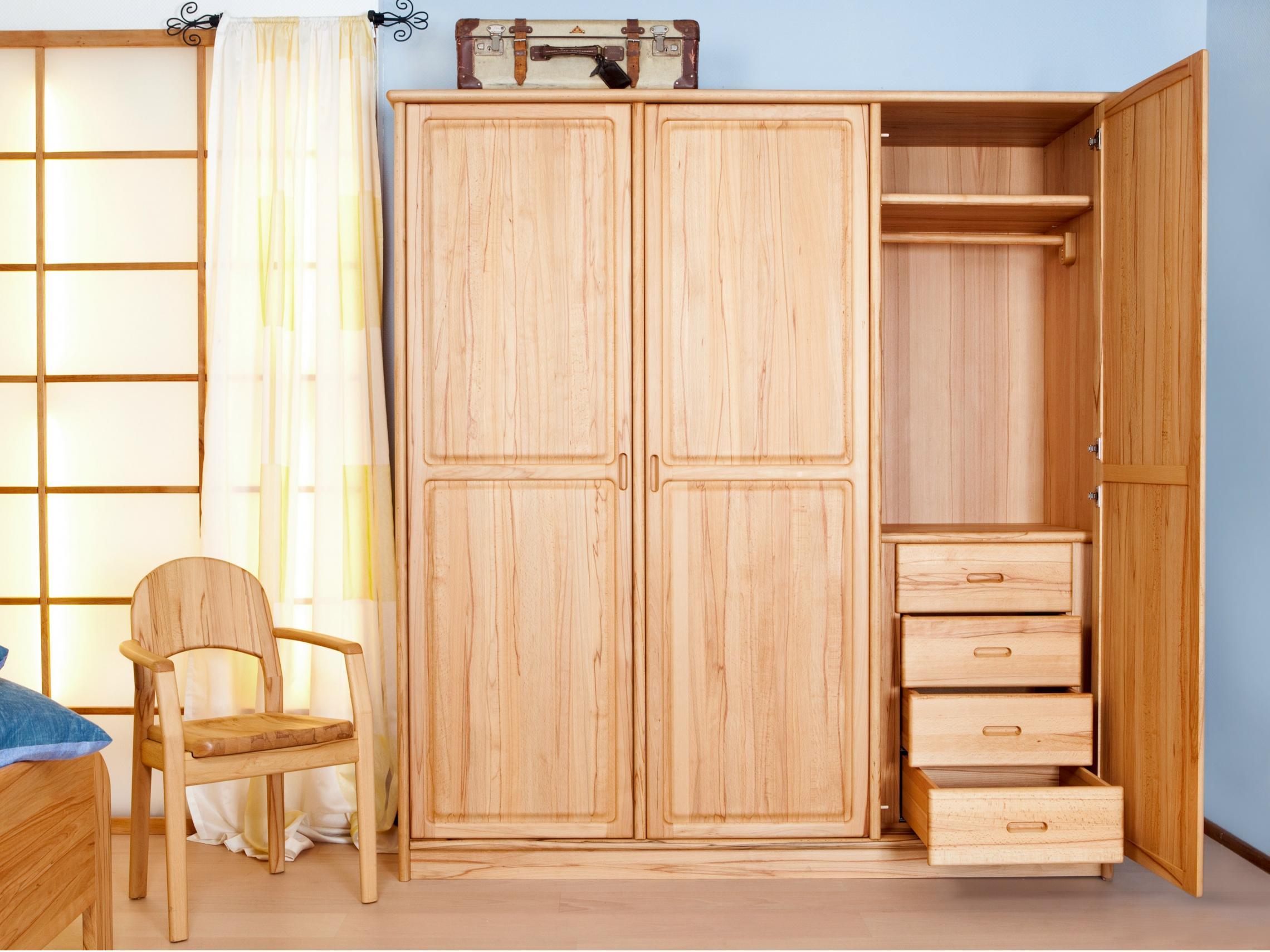 صورة غرف ملابس خشب طبيعي